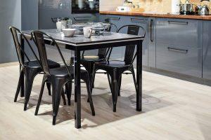 cuisine ouverte table à manger chaises noires