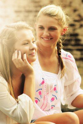Deux adolescentes souriantes