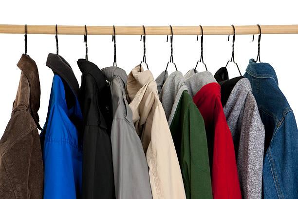 Vestes de différents styles suspendues à une penderie