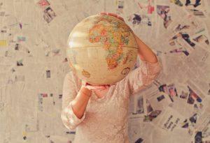 personne tenant un globe dans ses mains