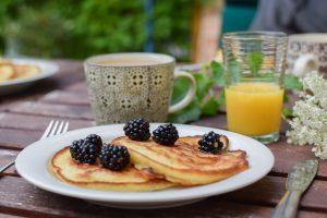 pancakes accompagnés de mûres