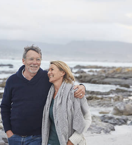 couple de seniors devant la mer