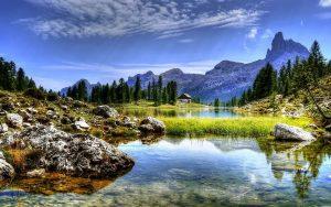 vue sur les dolomites depuis un lac