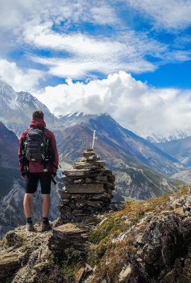 Randonneur au sommet d'une montagne après un trek