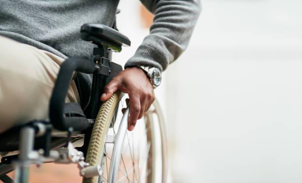 Jeune homme paraplégique dans un fauteuil roulant