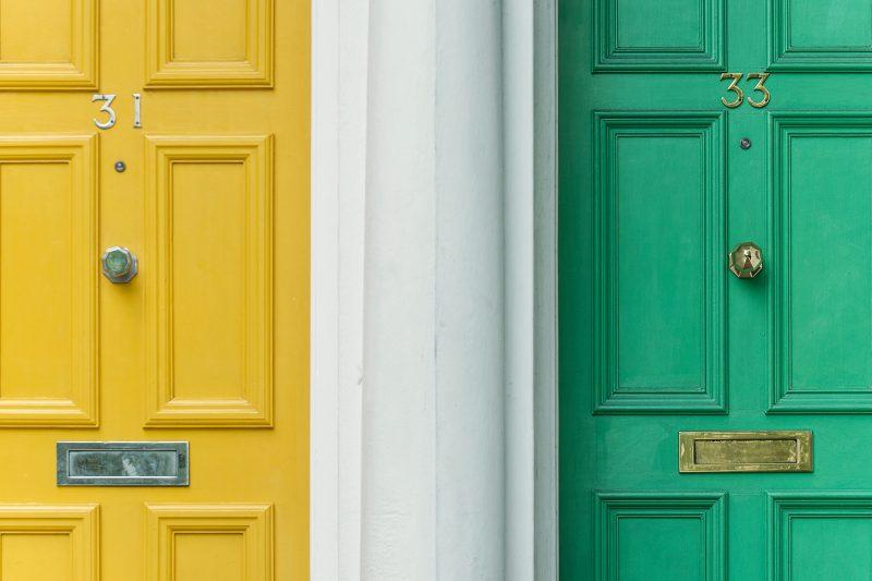 Portes d'entrée jaune et verte