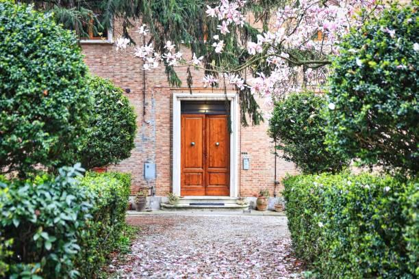 Porte d'entrée en bois avec jardin fleuri