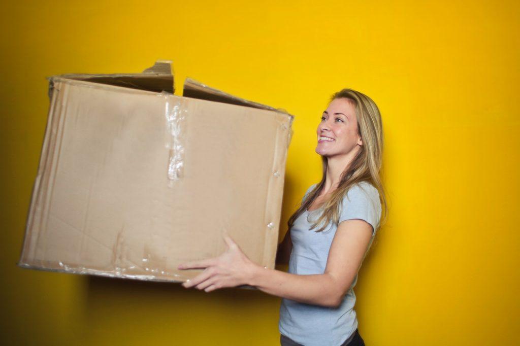 Femme qui tient un carton