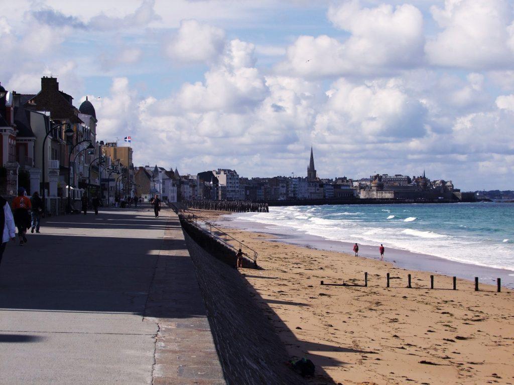 La promenade de Saint Malo à marée basse