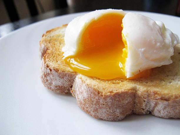 Oeuf poché sur une tranche de pain