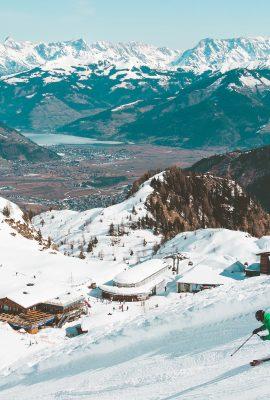 Skieurs sur une piste l'hiver à la montagne