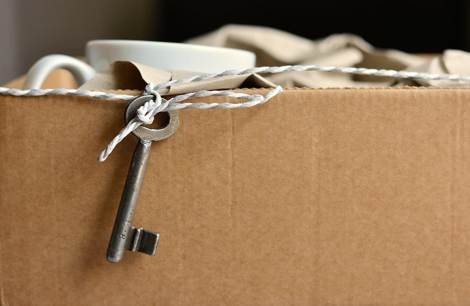 Carton de déménagement rempli avec de la vaisselle