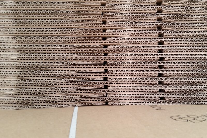 Pile de cartons de déménagement neufs