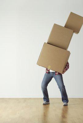 personne soulevant 3 cartons de déménagement