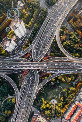 Un échangeur avec de nombreuses routes