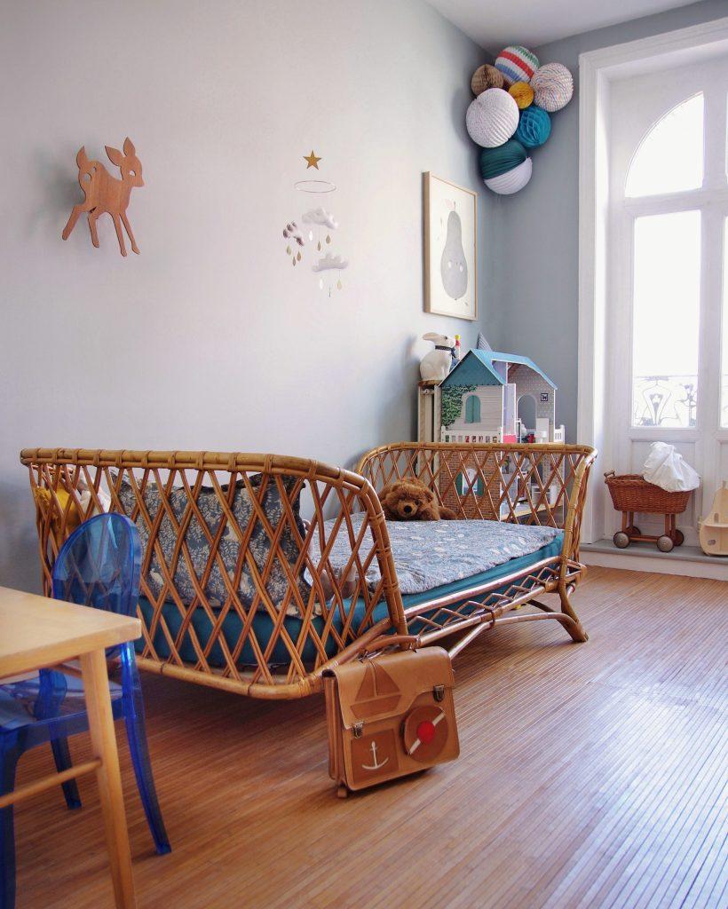 chambre d'enfant avec déco vintage lit en rotin