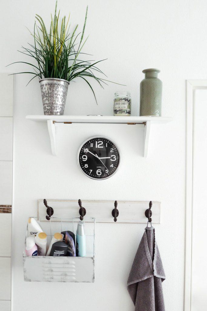 salle de bain déco rétro avec patère horloge pots et plante