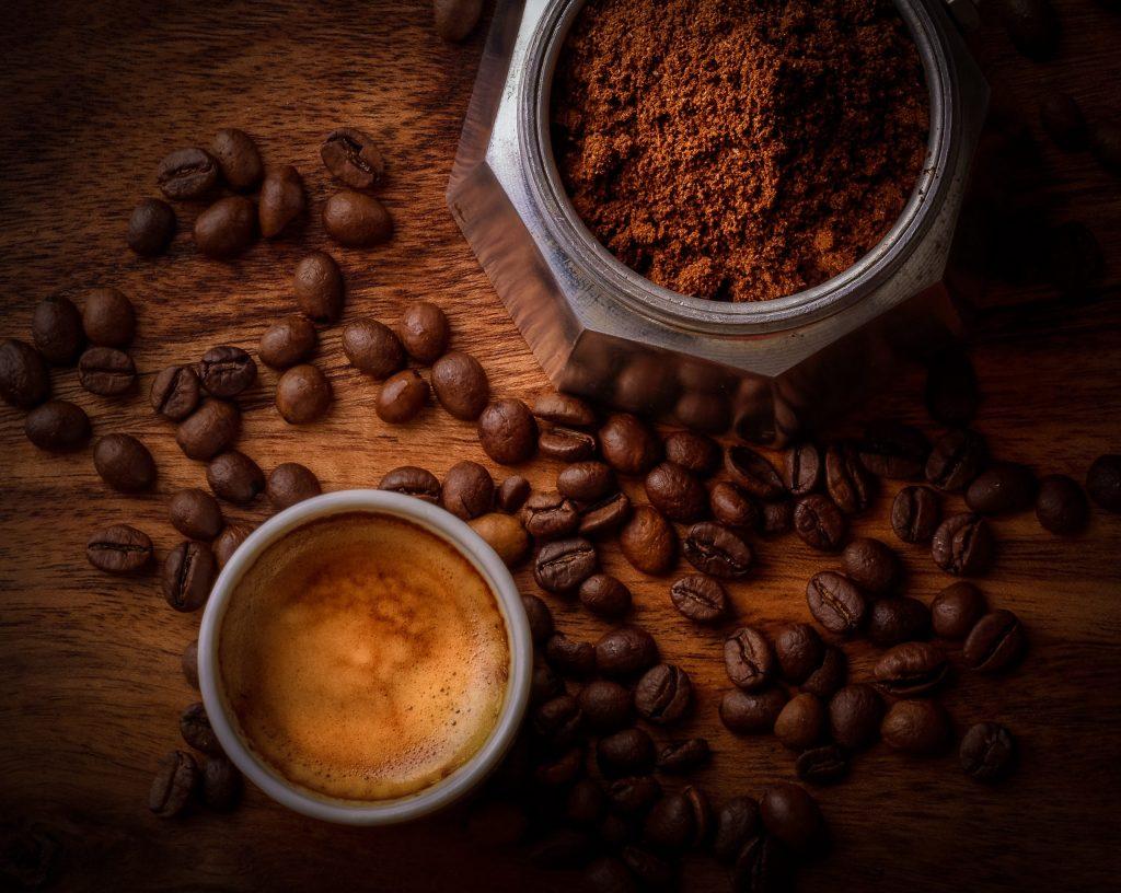 café dans une cafetière à l'italienne