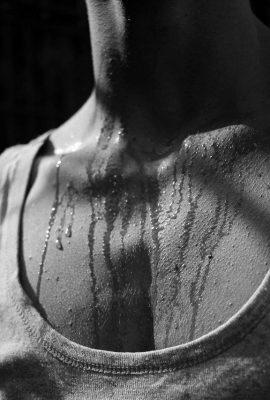 photo en noir et blanc d'un torse en sueur