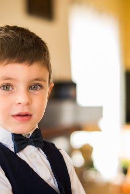 petit garçon qui porte un costume et noeud papillon