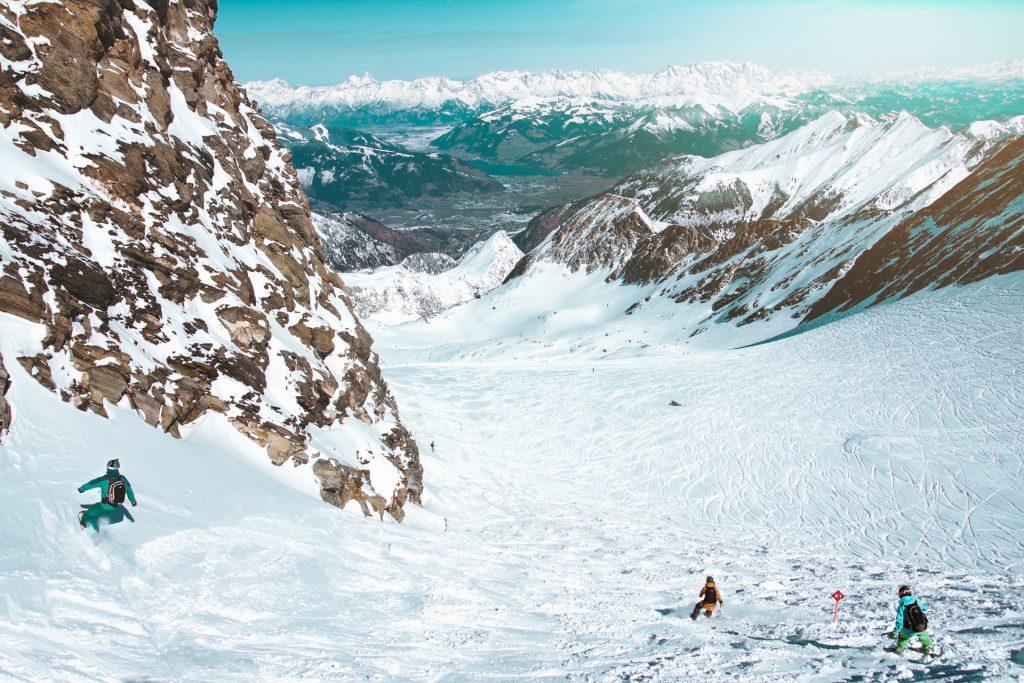 skieurs en montagne