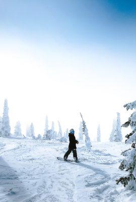 skieur au milieu de la neige