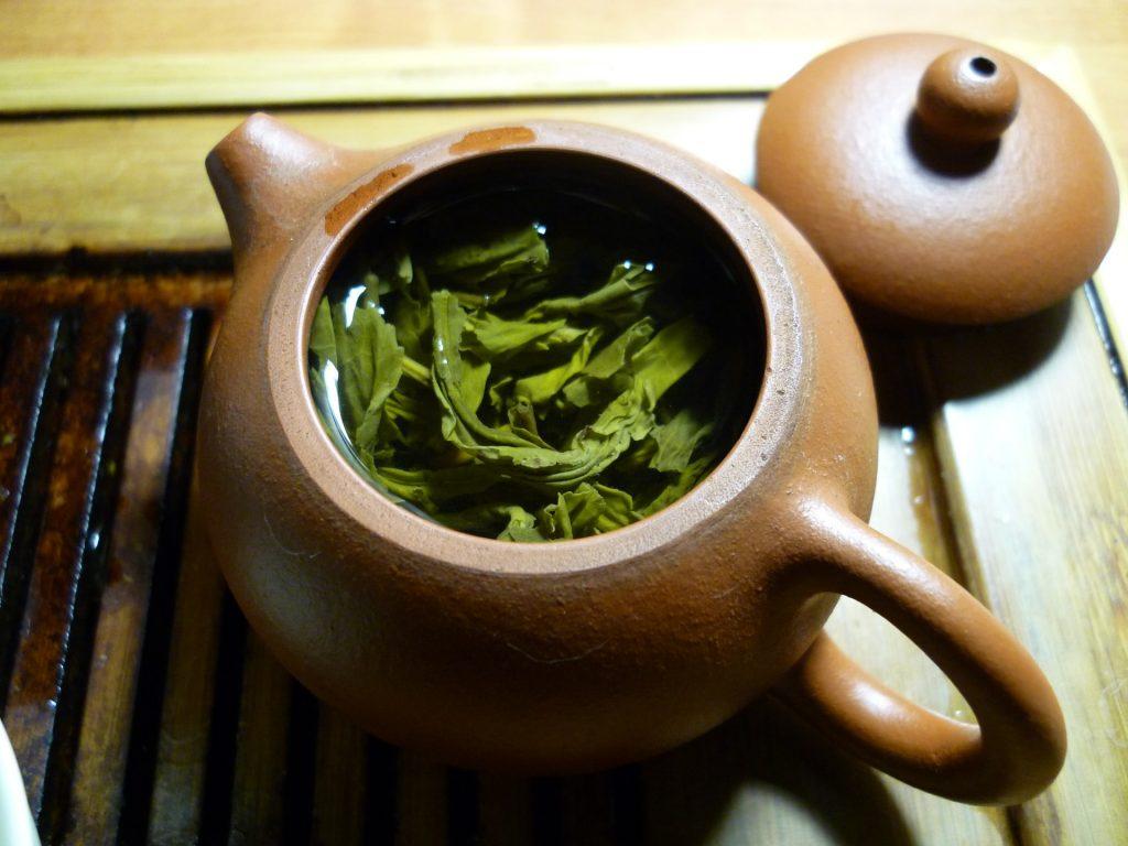 thé vert dans théière